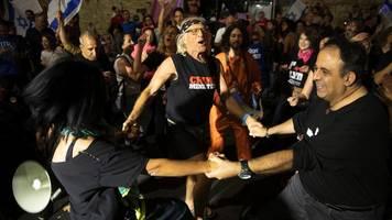 vor machtwechsel in israel: demonstranten feiern ablösung von netanjahu