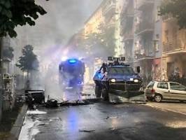 Teilbesetztes Haus in Berlin: Brennende Barrikaden vor Rigaer 94 errichtet