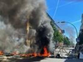 Barrikaden und Feuer in der Rigaer Straße – Polizei setzt Wasserwerfer ein