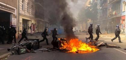 brennende barrikaden und fliegende steine in rigaer straße