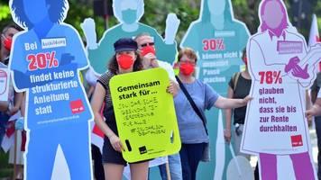 beschäftigte des gesundheitswesens demonstrieren in erfurt