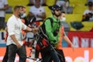 Bei EM-Spiel gegen Frankreich - Schon 2012 fiel er mit Flug-Aktion auf: Das ist der Greenpeace-Pilot, der das Deutschland-Spiel crashte