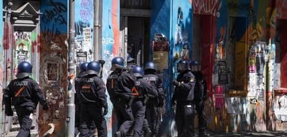 brennende barrikaden und 60 verletzte polizisten