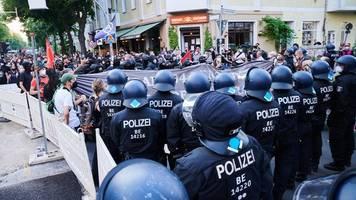 Rigaer 94: Demo-Teilnehmer werfen Flaschen und Steine