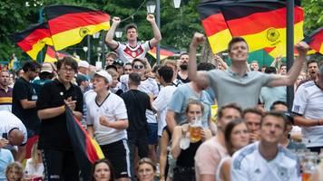 Fußball-EM: Feucht-fröhlicher,  aber ruhiger Fußball-Abend in Bayern