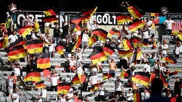 wieder tragen nur wenige fans masken im münchner stadion
