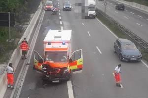 Rettungswagen verunglückt auf dem Weg zum Einsatz