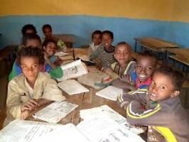 weltweit 500 schulen gebaut: kinderlächeln motiviert weltenbummler