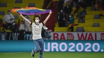 vor dfb-spiel: flitzer stürmt mit regenbogenfahne aufs em-spielfeld