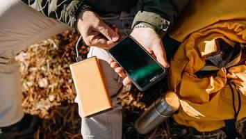 für wanderer, camper und outdoor-fans - xxl-powerbank für alle fälle: diese akkus können mehr als nur das smartphone laden