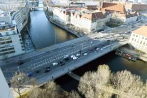 Brücke in Berlin-Mitte: Schäden an der Mühlendammbrücke: Verkehr nur einspurig