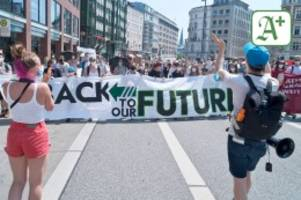klimaschutz-demo: trotz ferien: fridays for future zieht weiter durch hamburg