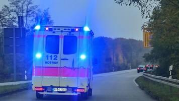 Auto kracht gegen Verkehrsinsel: Zwei Verletzte