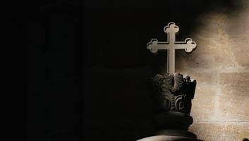 angriff in kloster - griechischer drogen-priester schleudert aus rache schwefelsäure auf bischöfe