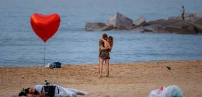 bilder der woche: küssen trotz corona – und eine millionenversteigerung bei sotheby's
