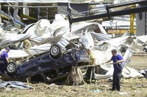 gefährliche aufräumarbeiten nach tornado-katastrophe