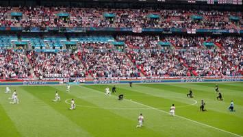 fußball-em - historische geste: deutschland und england setzen mit kniefall zeichen gegen rassismus