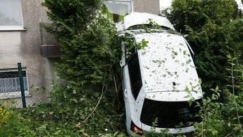 unsanfte landung im ersten stock: auto kracht auf balkon
