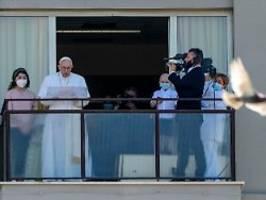 noch in klinik, aber wohlauf: papst zeigt sich nach darm-op auf balkon