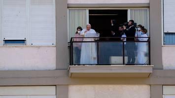 kirchenoberhaupt auf dem weg der besserung - erstmals nach darm-op: papst franziskus zeigt sich wieder der Öffentlichkeit