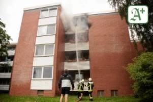 glinde: balkon steht in flammen - propangasflasche als auslöser?