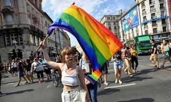 tausende protestieren bei regenbogen-parade in budapest gegen lgbtiq-gesetz