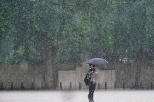 heftiger regen in london setzt straßen unter wasser
