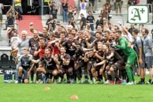 Sieg gegen Holstein Kiel : Die Fans des FC St. Pauli feiern ihren Spitzenreiter