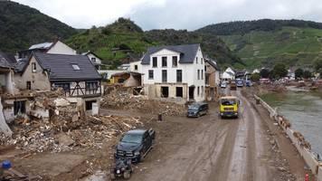 Flutkatastrophe: Wie sich ein Dorf aus dem Schlamm kämpft