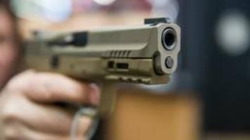 waffenmesse in den usa: wasserpistolen und handgranaten