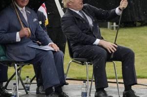 Boris Johnson verliert Kampf gegen einen Regenschirm