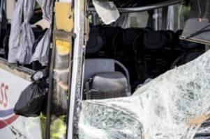 Autobahn 13: Nach Reisebusunfall mit 19 Verletzten Unfallursache unklar