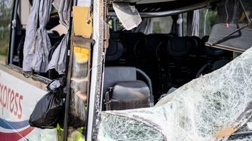autobahn 13: unfallursache nach reisebusunfall mit 19 verletzten unklar