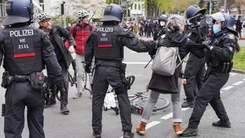 corona-demonstrationen: beuth verteidigt polizeieinsatz