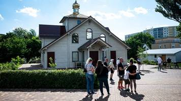 Menschen lassen sich an russisch-orthodoxer Kirche impfen