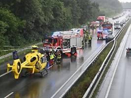 17 Verletzte bei zwei Unfällen: Kettenreaktion nach Reifenplatzer auf A31