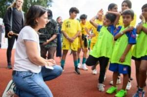 Wahlen: Baerbock besucht Jugendfußballturnier