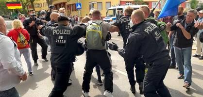 pfeffersprayeinsatz und rangeleien bei querdenken in berlin