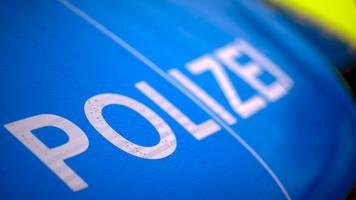 Auto überschlägt sich auf A52: Fahrer eingeklemmt
