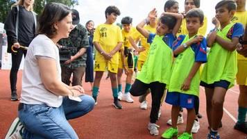Baerbock besucht Jugendfußballturnier