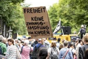 Trotz Verbot: Tausende Querdenker protestieren in Berlin