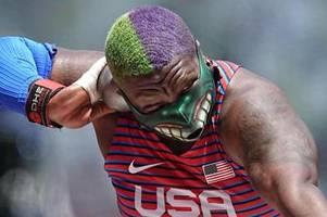 Hulk beim Kugelstoßen: Saunders mit Blickfang-Mundschutz