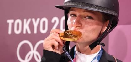 allein vor einem weißen zelt weint die olympiasiegerin unaufhörlich