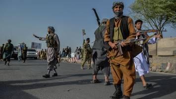 """Trotz tödlicher Taliban-Offensive - Laschet und Seehofer wollen weiter nach Afghanistan abschieben – SPD: """"menschenfeindlich"""""""