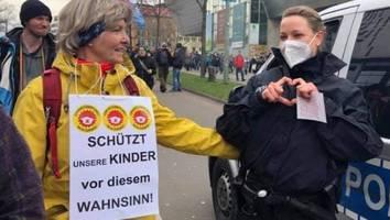 """Vorfall bei Demo in Kassel aufgeklärt - Mit ihrer """"Herz""""-Geste wurde Polizistin zur Querdenker-Ikone - jetzt kommt Wahrheit ans Licht"""