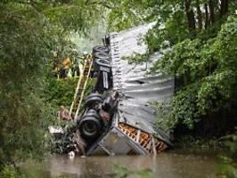 Fahrer vermutlich tot: Lkw stürzt von Autobahn-Brücke in Fluss