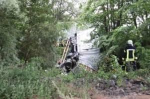 Unfall: Sattelschlepper stürzt von Autobahnbrücke