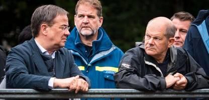 Olaf Scholz und Armin Laschet im Hochwassergebiet: »Das war's? Dürfen wir keine Fragen stellen?«