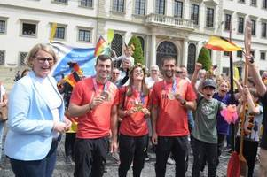 Olympia-Empfang in Augsburg: Im Autokorso durchs Paddel-Spalier