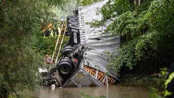 Ermittlungen nach Lkw-Sturz von Autobahnbrücke dauern an